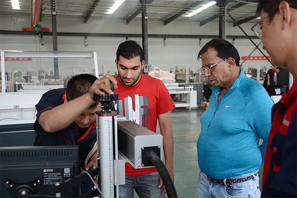 客户测试大功率金属激光切割机质量