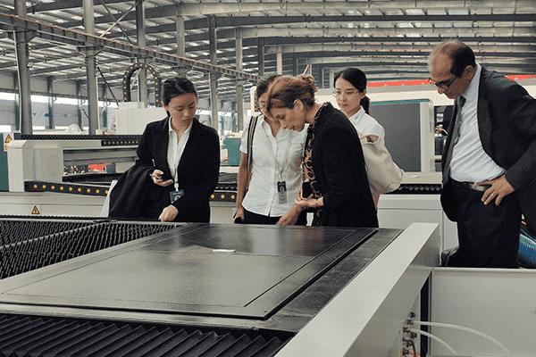 客户逐一查看光纤激光切割机机器配置