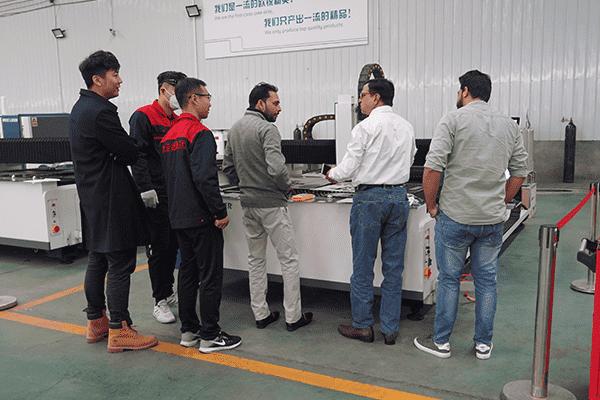 印度的客户来考察金属激光切割机