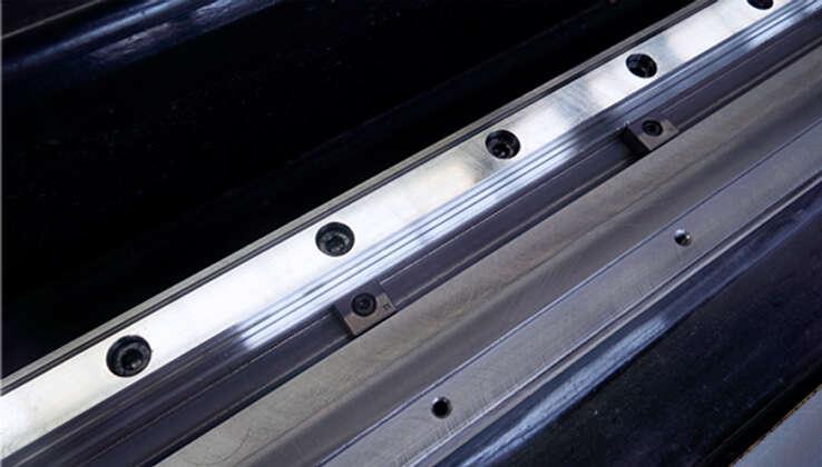 导轨V型槽+压块设计