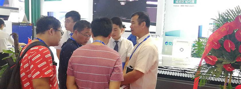 韩国客户正在交谈